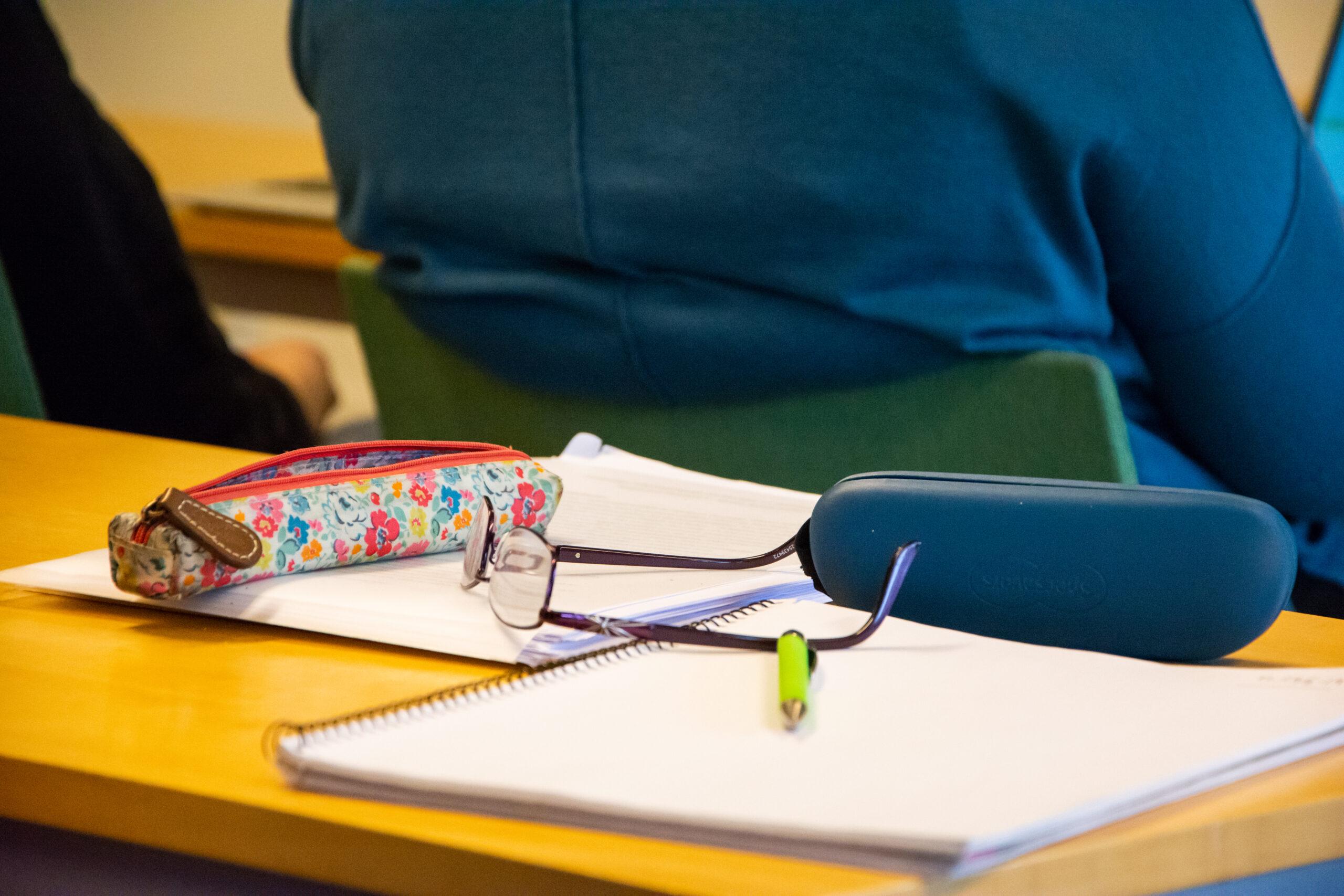 Glasögon, papper och penna
