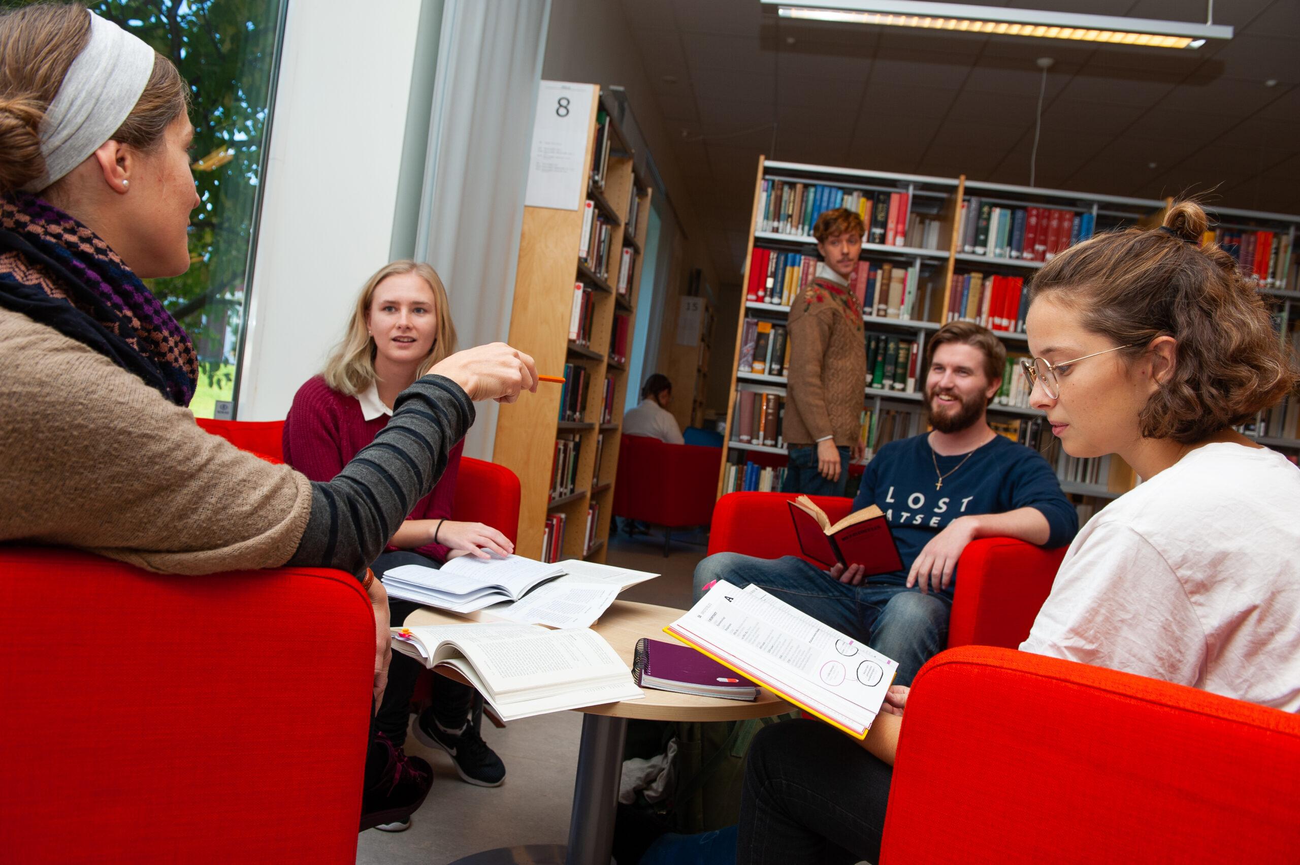 Pastorselever pratar i biblioteket